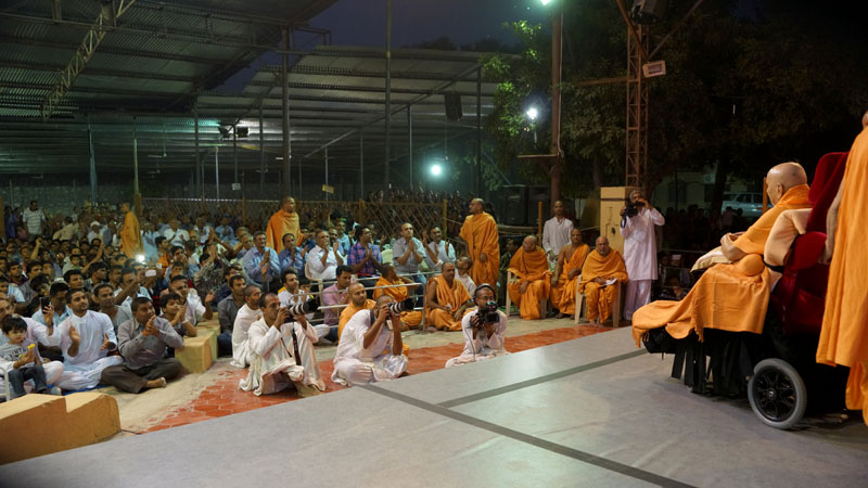 Swamishri arrives in the mandir grounds in evening
