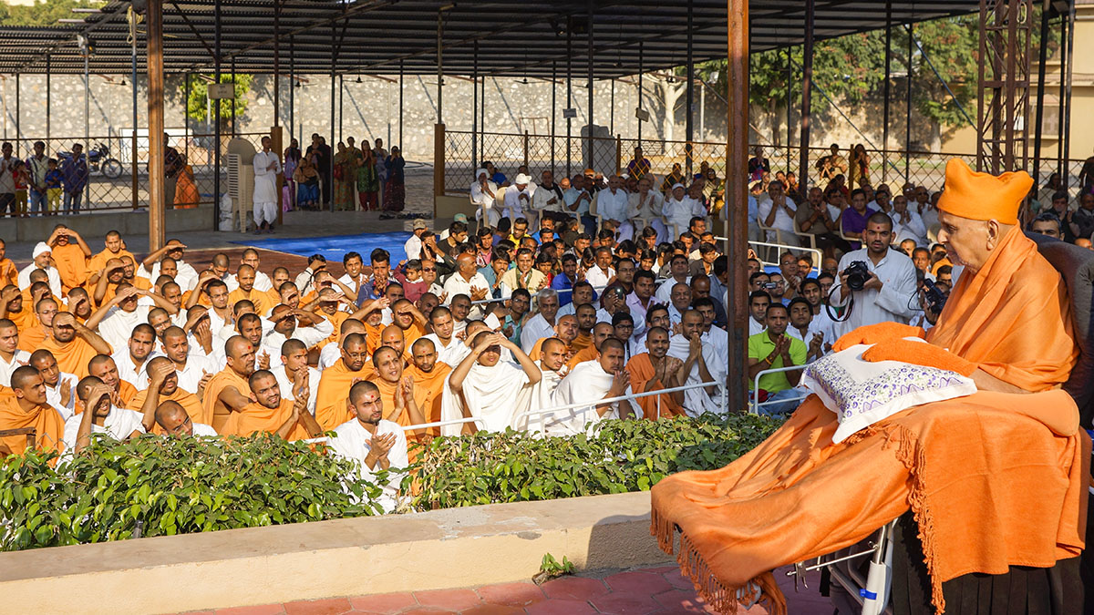 Swamishri arrives in the mandir grounds in morning