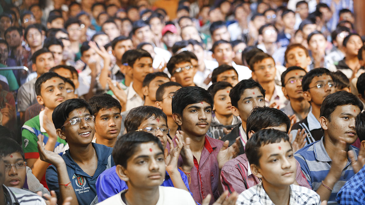 Students of Swaminarayan Vidyamandir, Sarangpur, doing dashan of Swamishri