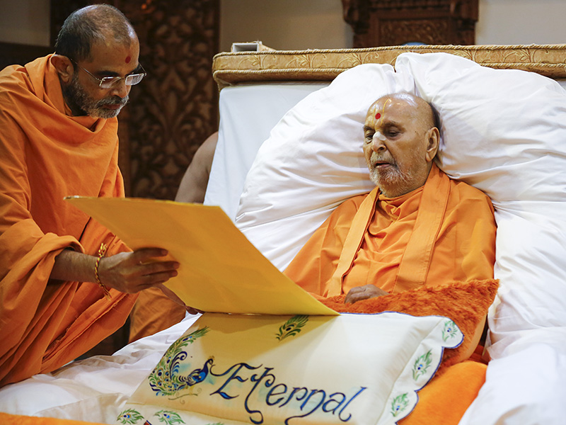 Swamishri is shown a birthday card