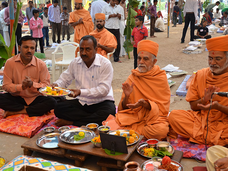 Sadhus and devotees perform pratishtha yagna rituals, Jantral