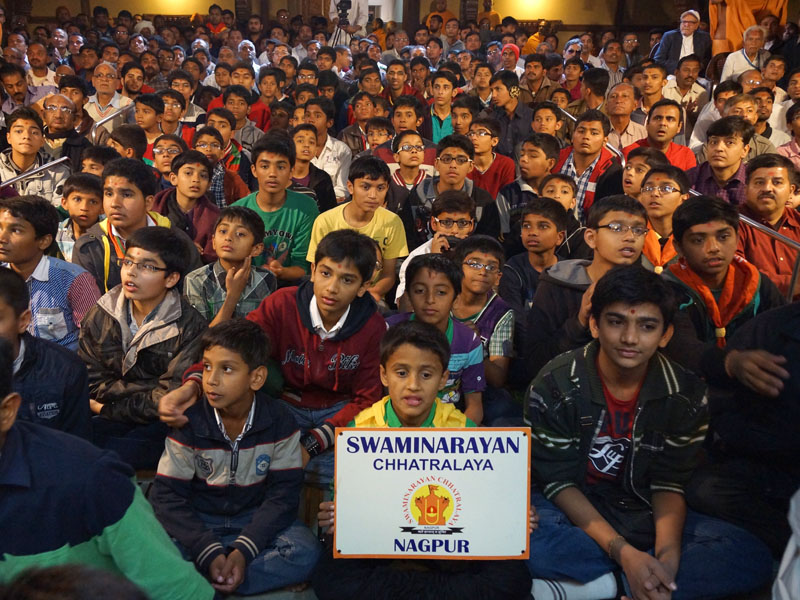 Students of Swaminarayan Chhatralay, Nagpur, doing darshan of Swamishri