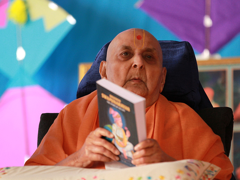 Swamishri releases book, 'Bhagwan Swaminarayan – The Story of His Life'