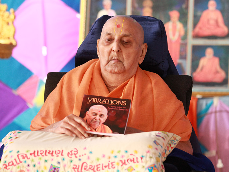 Swamishri releases book, 'Vibrations' Part 2 – Inspiring Incidents from Pramukh Swami Maharaj's Life