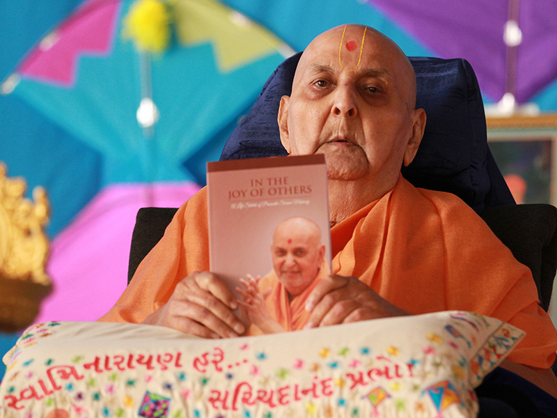 Swamishri releases book, 'In the Joy of Others' – A Life Sketch of Pramukh Swami Maharaj