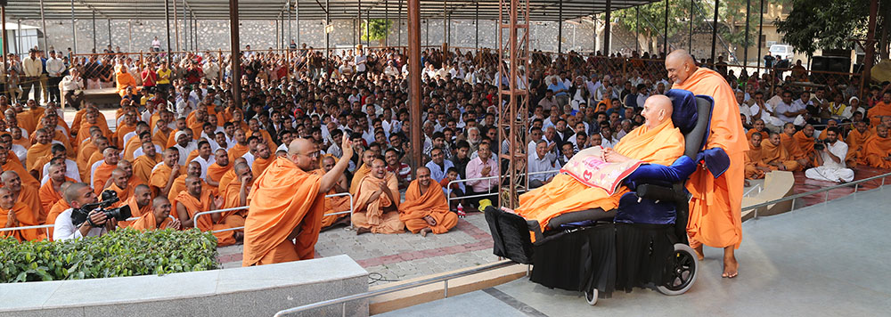 A sadhu rejoices before Swamishri