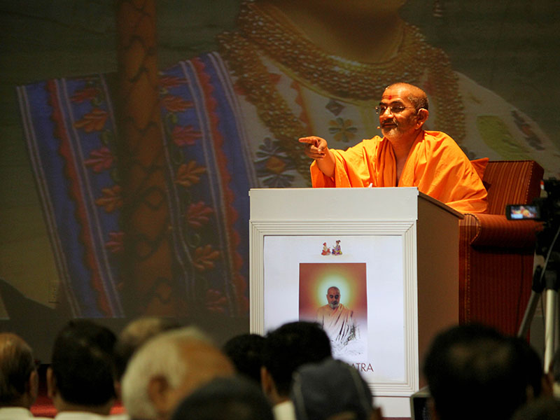 Pujya Brahmadarshan Swami delivers a discourse at the Sadhana Satra, Charlotte, NJ