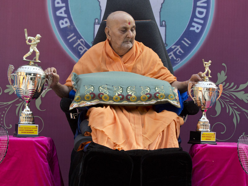 Swamishri sanctifies trophies