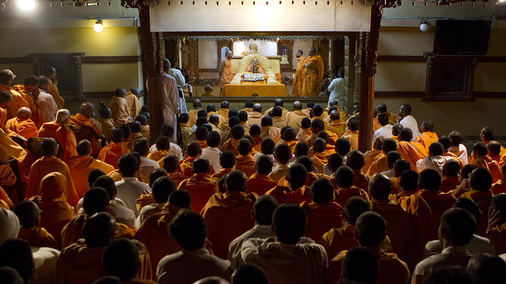 Sadhus doing darshan of Swamishri in the evening