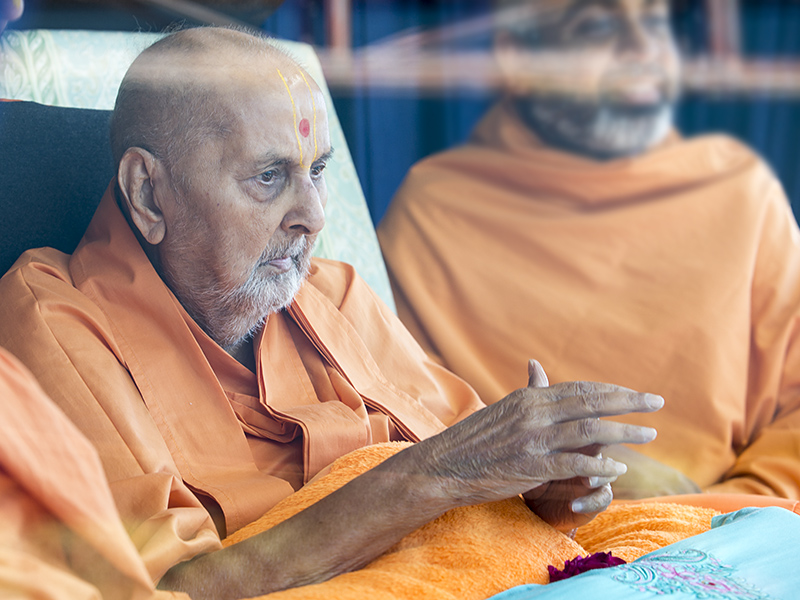 Swamishri arrives in the balcony in the afternoon