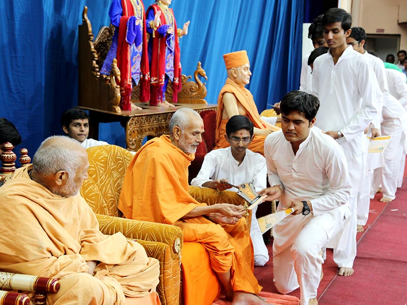 Students receive mementos from Pujya Mahant Swami
