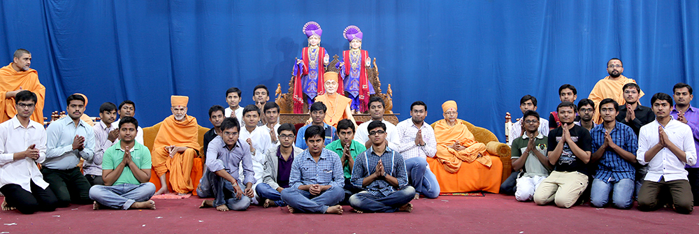 Students of the Chhatralaya with Pujya Mahant Swami, Pujya Tyagvallabh Swami and other sadhus