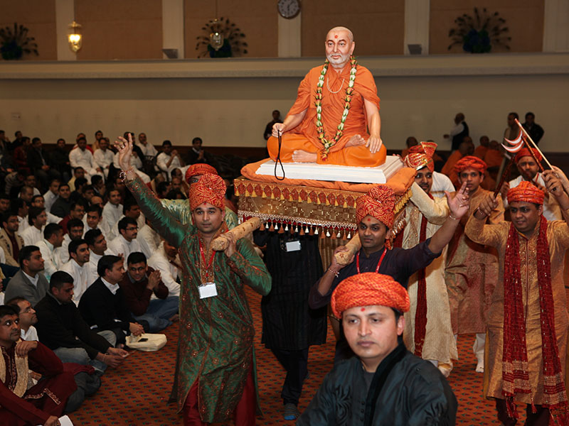 Swamishri's murti is welcomed into the ceremony