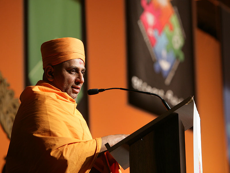 Anandpriya Swami delivers a discourse