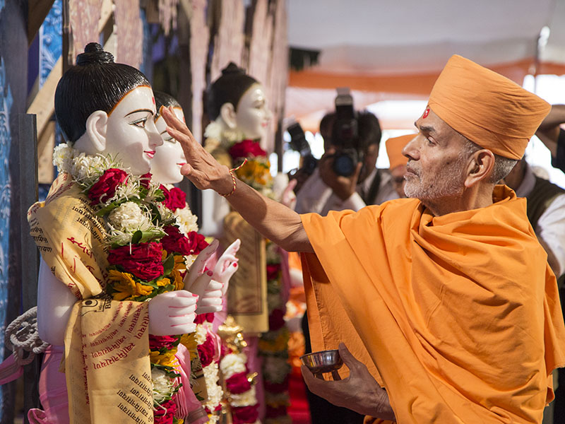Pujya Mahant Swami performs pujan of murtis