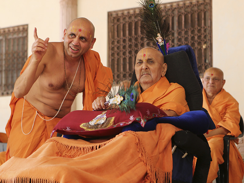 Swamishri in the assembly hall