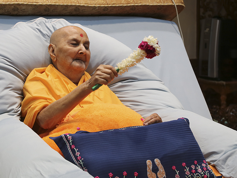 Swamishri waves a chhadi in the evening