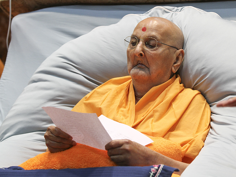 Swamishri reviews examination results of sadhus studying Sanskrit in Sarangpur