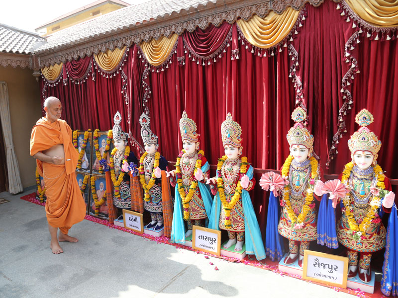 Pujya Viveksagar Swami performs pujan before the murti-pratishtha rituals for Dahemi (Bochasan), Tarapur (Bochasan) and Saijpur (Bochasan)