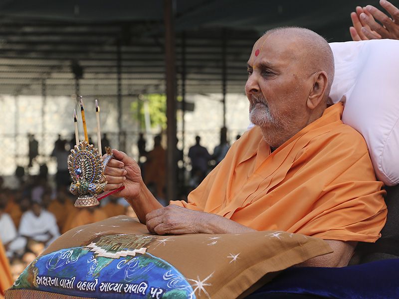 Swamishri performs pratishtha arti for murtis to be installed at BAPS Shri Swaminarayan Mandir, Nar, Mahelav