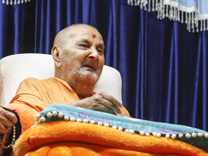 Swamishri arrives in balcony at night