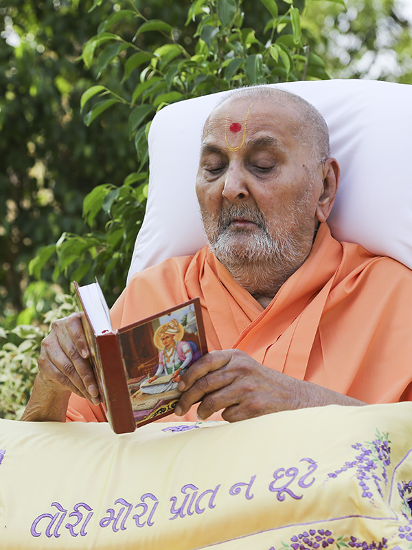 Swamishri performs his morning puja - reading the Shikshapatri