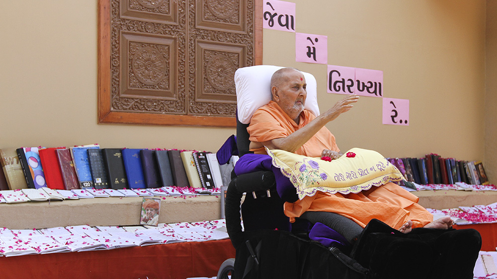 Swamishri sanctifies memories written by sadhus