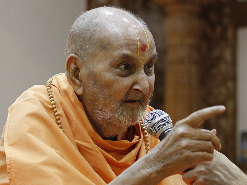Swamishri addresses the sadhus