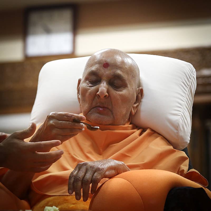 Swamishri having dinner