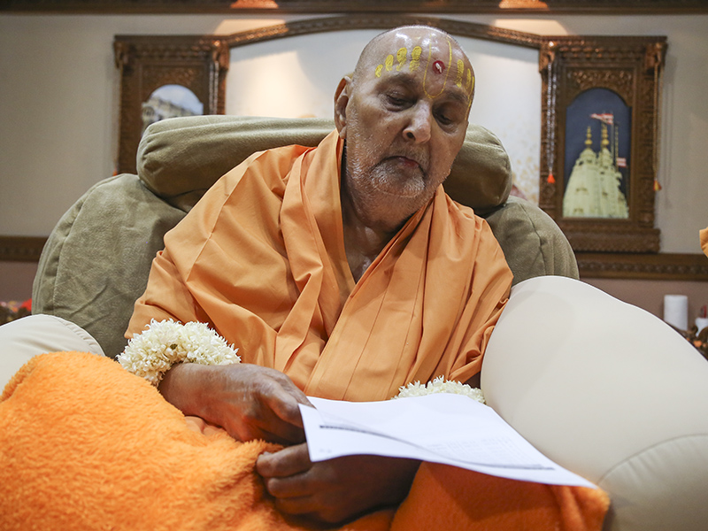 HH Pramukh Swami Maharaj goes through the schedule for the sant shibir