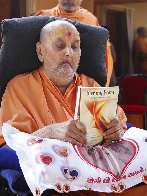 Swamishri inaugurates an English print publication, 'Turning Point: Enlightening Essays on Life (Part 2)'
