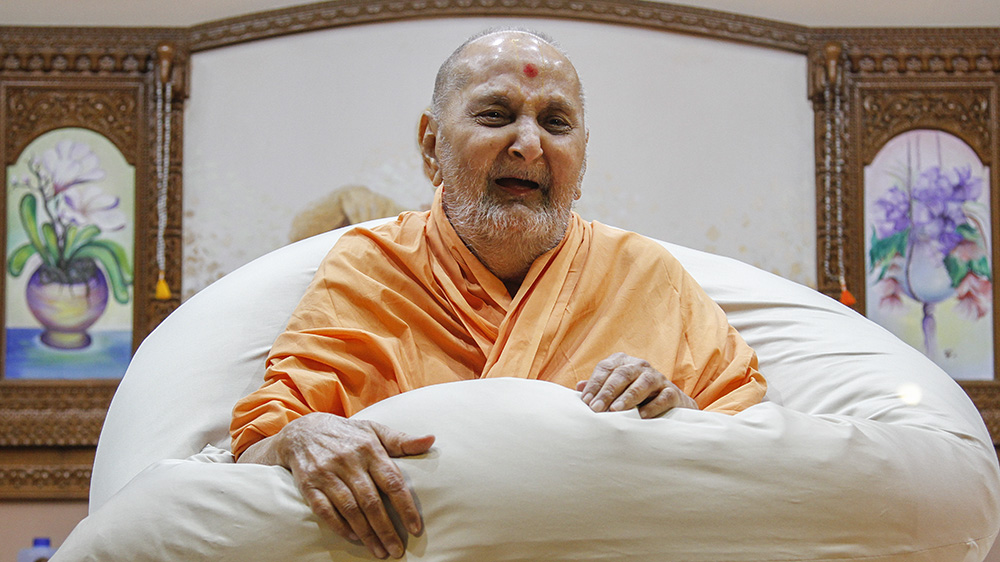 Swamishri in a divine, jovial mood in the late evening