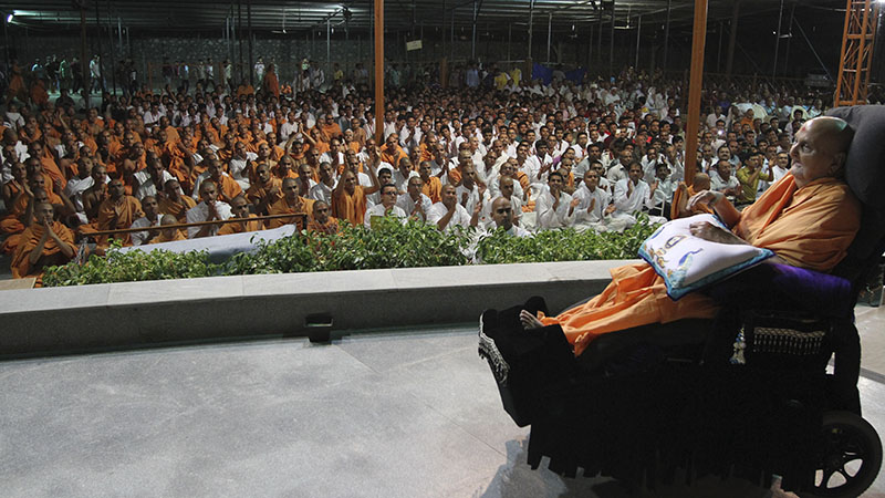 Sadhus and devotees doing darshan of Swamishri at night