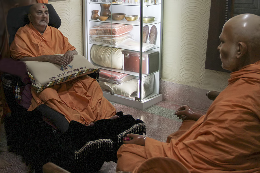 Swamishri arrives for darshan at Shastriji Maharaj's room