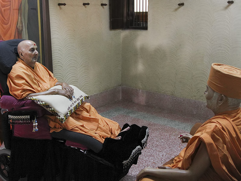 Swamishri arrives for darshan at Yogiji  Maharaj's room