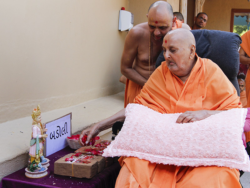 Swamishri sanctifies bricks for construction of the new BAPS Shri Swaminarayan Mandir at Badoli, India