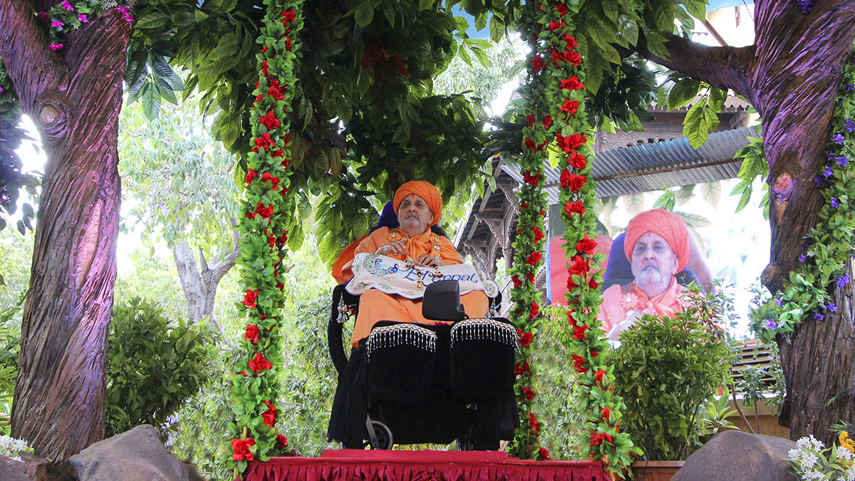 Swamishri in a hindolo