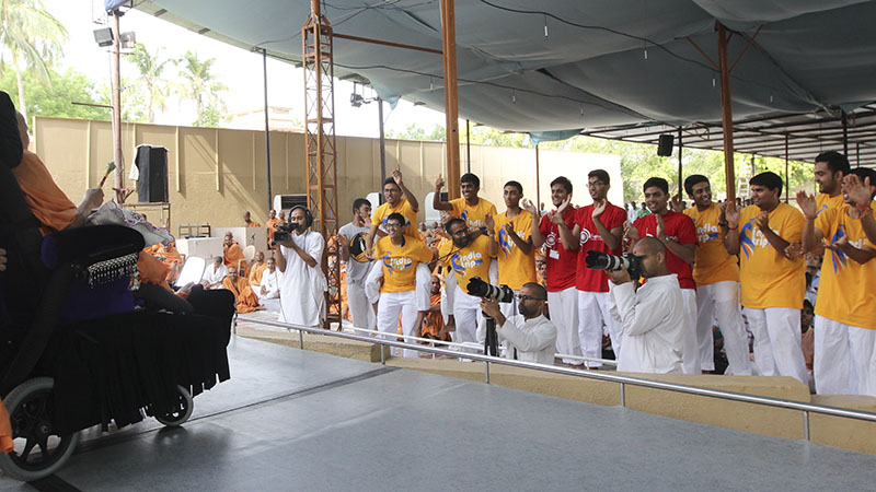 Youths from North America and UK rejoice before Swamishri