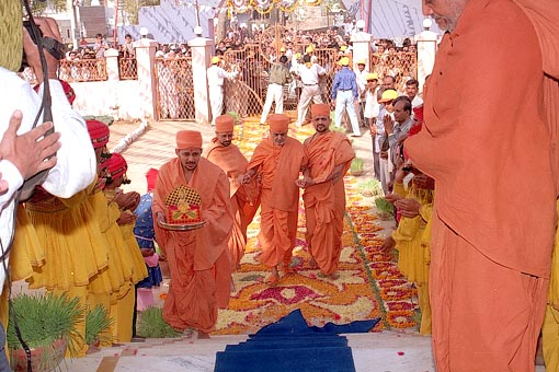 Swamishri is welcomed to the newly built Swaminarayan Mandir
