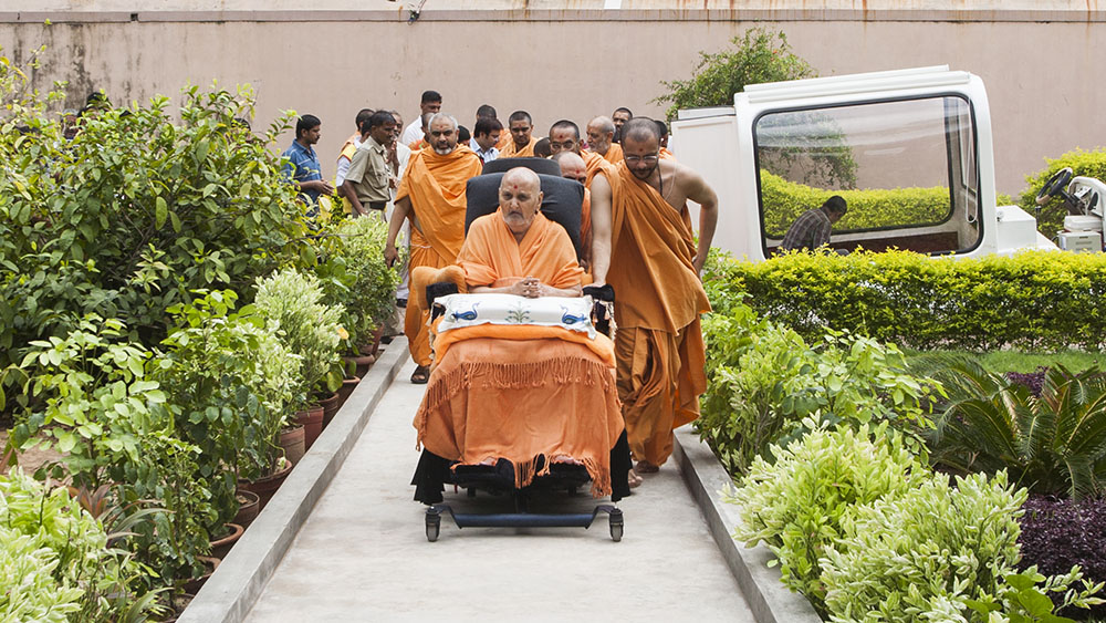 Swamishri arrives in the Akshardham complex