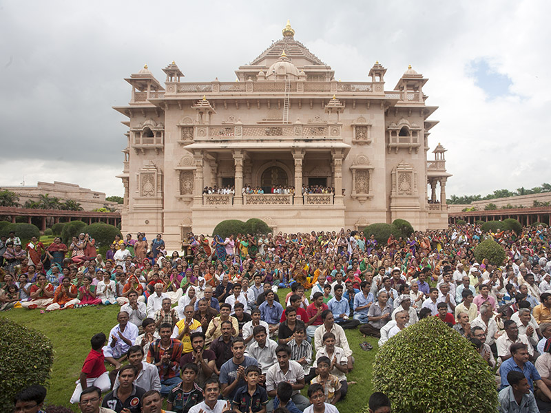 Devotees doing darshan of Swamishri in the Akshardham complex, Gandhinagar