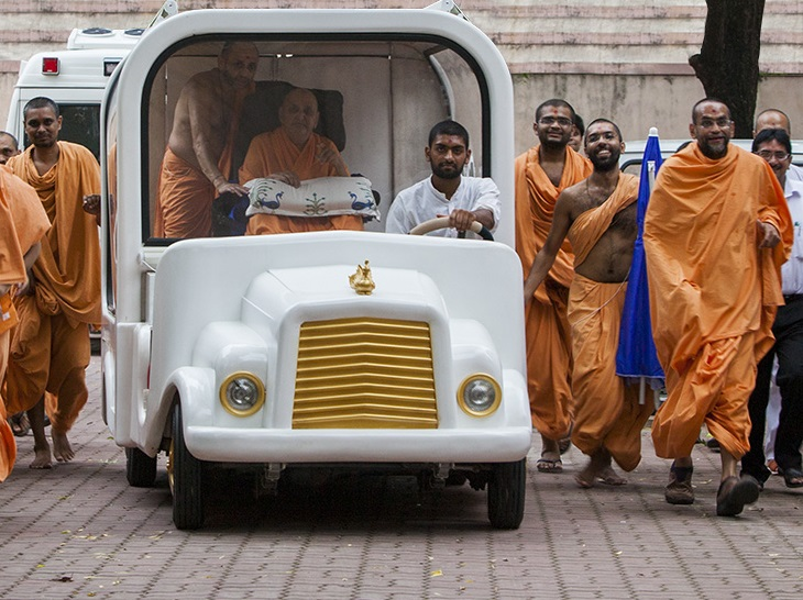 Swamishri on the way to Hari Mandir