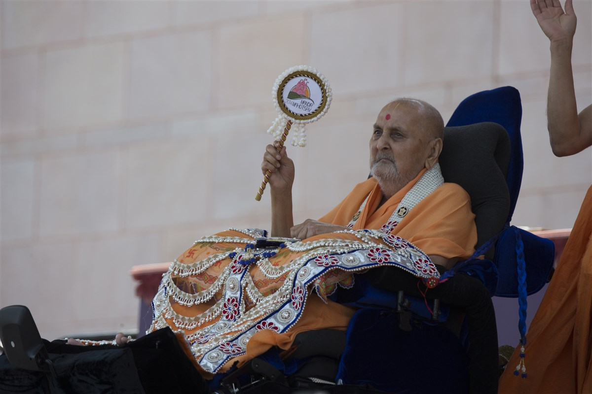 Swamishri waves the Mandir Mahotsav chhadi