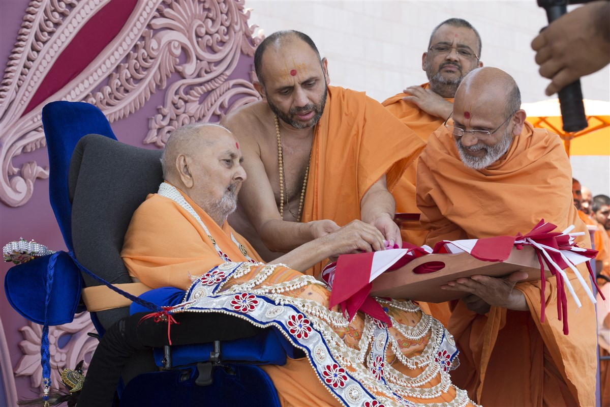 Swamishri sanctifies BAPS flags