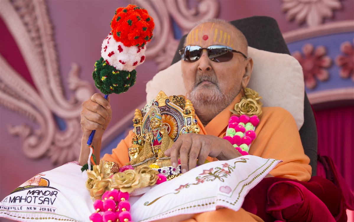 Swamishri arrives in Akshar Vatika with Shri Harikrishna Maharaj