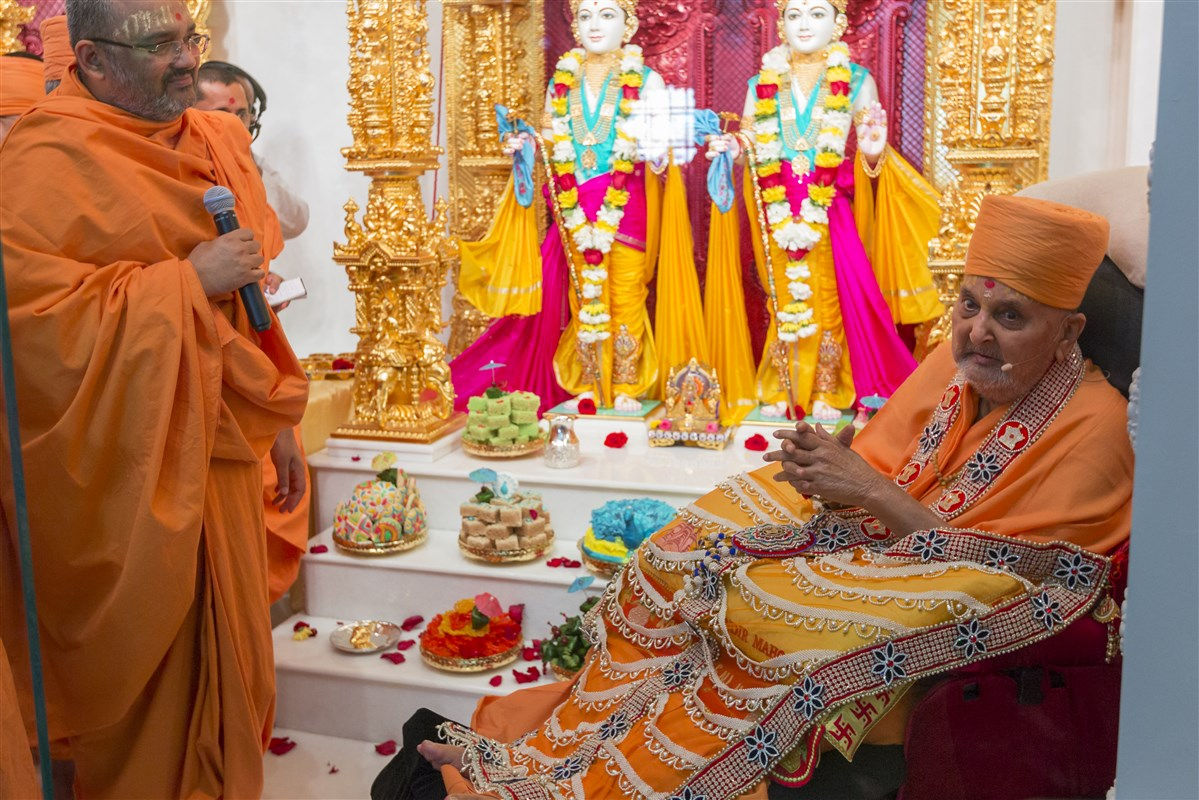 Swamishri blesses everyone after the murti pratishtha