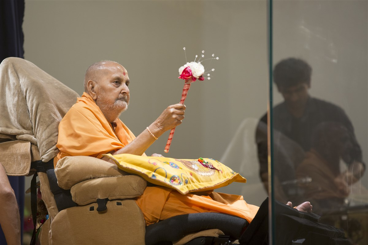 Swamishri arrives in the sabha hall jharukho in the evening