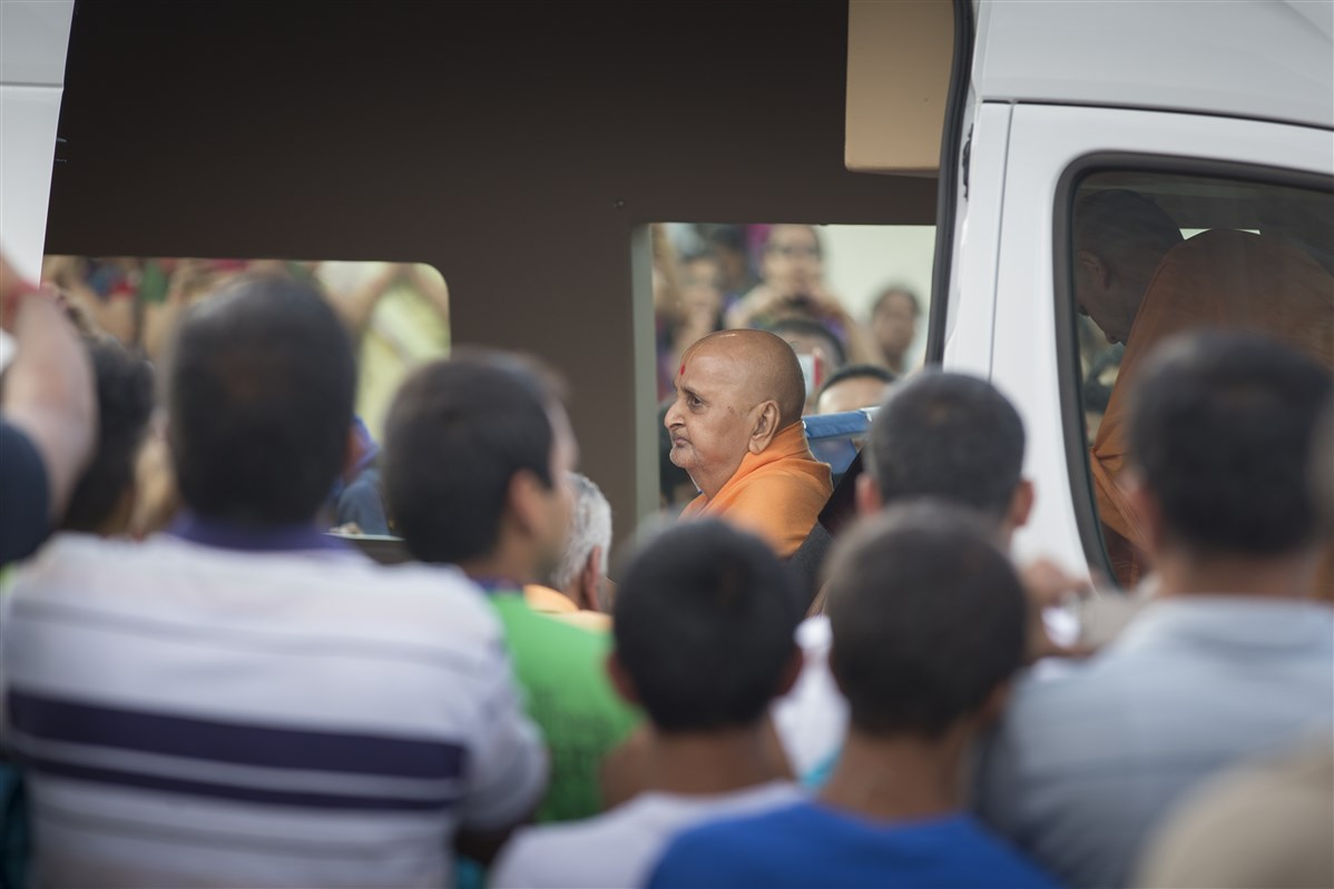 Devotees engaged in darshan of Swamishri during his visit of Swaminarayan Akshardham