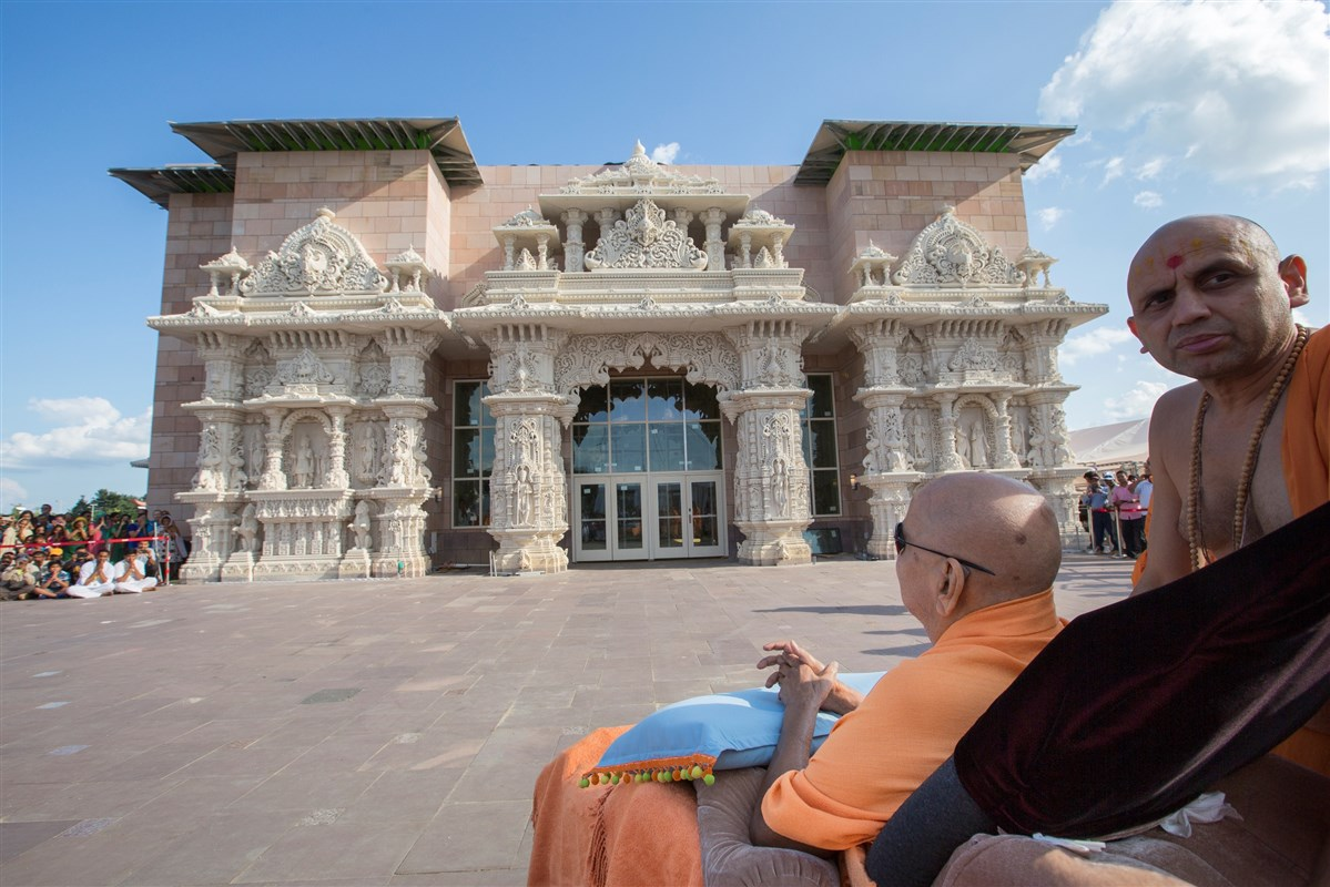 Swamishri observes the Mayur Dwar