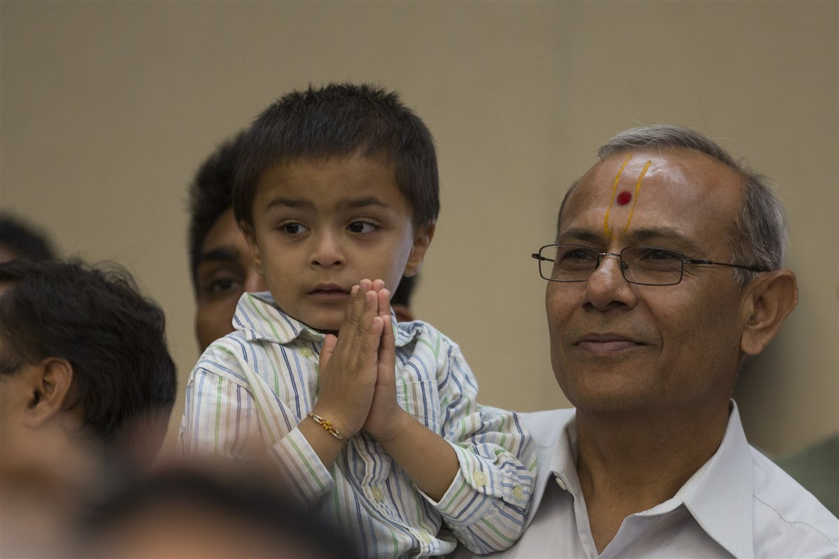 A child engaged in darshan of Swamishri